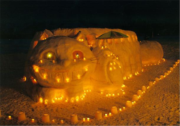 平成26年 第8回 結の灯りアートコンテスト金賞作品 上条コミュニティ協議会 雪まつり実行委員会:みんなで遊ぼう、猫バスとトトロ
